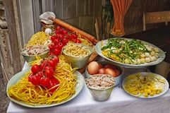 Pastas y arreglo hecho en casa de la comida fuera de un restaurante en Roma Fotografía de archivo libre de regalías