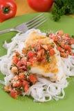 Pastas y bacalao con pesto del tomate fotografía de archivo libre de regalías