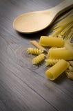 Pastas y cuchara de madera Foto de archivo libre de regalías