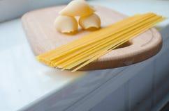 Pastas y espaguetis crudos Fotografía de archivo libre de regalías