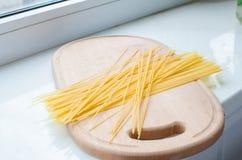 Pastas y espaguetis crudos Imágenes de archivo libres de regalías