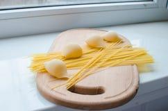 Pastas y espaguetis crudos Fotos de archivo libres de regalías