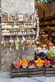 Pastas y fruta en tienda de ultramarinos Fotografía de archivo libre de regalías