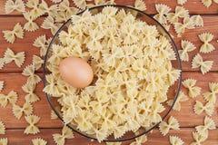 Pastas y huevo sin procesar Foto de archivo