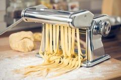 Pastas y máquina frescas de las pastas Imagen de archivo libre de regalías