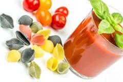 Pastas y tomates de Conchiglie con el jugo Fotos de archivo