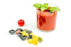 Pastas y tomates de Conchiglie con el jugo Foto de archivo libre de regalías