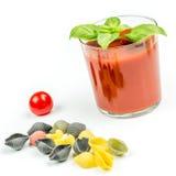 Pastas y tomates de Conchiglie con el jugo Imagenes de archivo