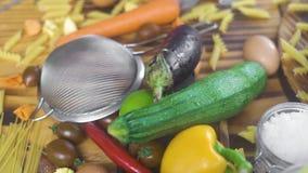 Pastas y verdura secas para la cocina italiana Ingrediente alimentario italiano en la tabla de madera Pastas de la composición de almacen de metraje de vídeo