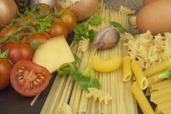 Pastas y verduras en una tabla de madera alimento dietético Foto de archivo