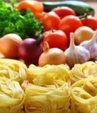 Pastas y verduras frescas. imagenes de archivo