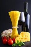 Pastas y vino del espagueti Imagenes de archivo