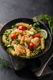 Pastasallad med avokadot, räkor, tomaten och grean ärtor royaltyfri fotografi