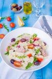 Pastasallad med tonfisk, oliv, körsbärsröda tomater och arugula royaltyfria foton