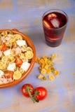 Pastasallad och sangria Arkivbild