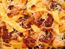 Pastasamling - tagliatelle med laxen, basilika och torkade tomater Royaltyfri Foto