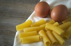 Pastasciutta italiano Rigatoni con los huevos Imágenes de archivo libres de regalías