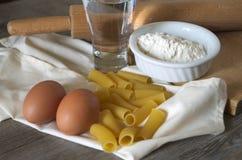Pastasciutta italiano Rigatoni con los huevos y la harina Fotos de archivo
