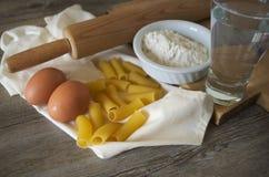 Pastasciutta italiano Rigatoni con los huevos y la harina Imagenes de archivo