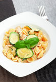 Pastaskal med zucchinin Royaltyfria Foton