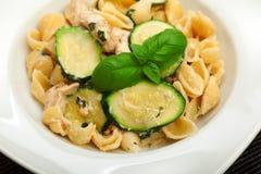 Pastaskal med zucchinin Fotografering för Bildbyråer