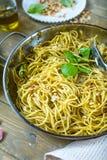 Pastaspagetti med basilikakräm och ost Bästa sikt på grå färgstentabellen Vegetarisk grönsakpasta royaltyfri foto