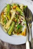 Pastasquash blomstrar zucchinivitlökblommor arkivbilder