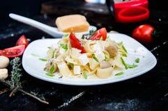 Pastatagliatelle med tomaten Arkivbild