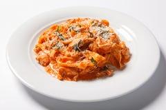 Pastatagliatelle med tomaten på vit bakgrund royaltyfri foto