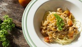 Pastatomatsås på trätabellen dekorerade vid persilja och tomaten Royaltyfria Foton