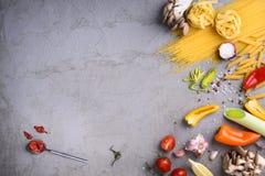 Paste crude con salsa al pomodoro sul controsoffitto grigio Vista da sopra, spazio della copia fotografia stock libera da diritti