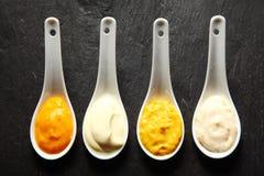 Paste piccanti della marinata e dello sfregamento sui cucchiai bianchi Fotografie Stock Libere da Diritti