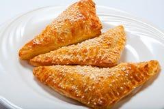 Paste sfoglia casalinghe del formaggio su un piatto bianco fotografia stock