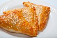 Paste sfoglia casalinghe del formaggio su un piatto bianco fotografie stock libere da diritti