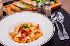 Pastea Penne von Bolognese mit sandwitches und Kaffee Stockbilder