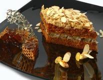 Pastei die door bijen van karamel wordt uitgegeven Stock Foto