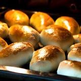 Pastei in een donkere oven Stock Afbeeldingen