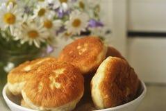 Pastei en bloemen op de lijst Royalty-vrije Stock Afbeeldingen
