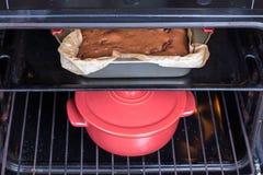 Pastei en pot in de oven royalty-vrije stock foto