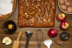 Pastei met ingrediënten en hulpmiddelen om te koken Stock Foto's