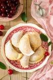Pastei met kersen, met gepoederde suiker en bessen van verse kersen op een houten oppervlakte worden bestrooid die Stock Foto's