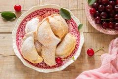 Pastei met kersen, met gepoederde suiker en bessen van verse kersen op een houten oppervlakte worden bestrooid die Stock Fotografie