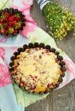 Pastei met rabarber en aardbeien Selectieve nadruk Stock Foto's