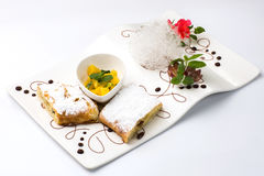 Pastei met rozijnen van suikerpoeder, stukken van ananas Royalty-vrije Stock Afbeeldingen