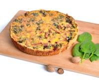 Pastei met spinazie en ham op de raad Geïsoleerde Stock Foto