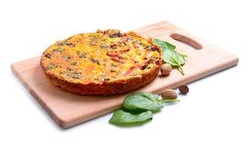 Pastei met spinazie en ham op de raad Geïsoleerde Stock Afbeeldingen
