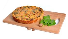 Pastei met spinazie en ham op de raad Geïsoleerde Royalty-vrije Stock Afbeelding