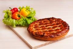 Pastei op bureau met groenten Stock Fotografie