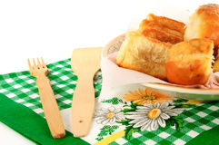 Pastei op een plaat met een handdoek op een witte achtergrond Royalty-vrije Stock Afbeeldingen