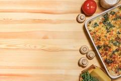 Pastei van de kippen de plantaardige kaas op de houten achtergrond Stock Afbeeldingen